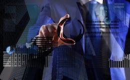 Tecnologia de Blockchain Moeda cripto do investimento Gráfico de negócio virtual interativo da exposição da mão Crie a carteira v imagens de stock