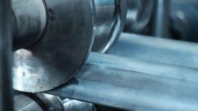 Tecnologia de fabricação laminada dos produtos de aço Máquina de dobra automática vídeos de arquivo