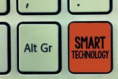 Tecnologia de Smart do texto da escrita da palavra Conceito do negócio para dispositivos ou dispositivo que tem construído no com foto de stock royalty free