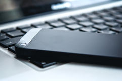 Tecnologia del dispositivo. tastiera del computer portatile e del telefono fotografia stock