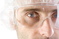Tecnologia del laboratorio con gli occhiali di protezione Fotografie Stock
