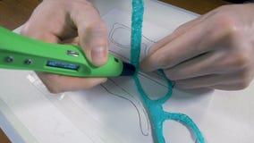 Tecnologia del mestiere dell'innovazione Equipaggi i vetri fabbricanti fatti con la penna di stampa 3D stock footage