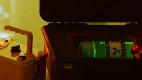 Tecnologia del primo piano che esamina un campione di rischio biologico video d archivio
