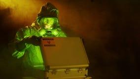 Tecnologia del primo piano che esamina un campione di rischio biologico archivi video