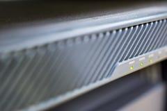 Tecnologia del server in dispositivo della parete refrattaria di centro dati con il fuoco sul lampeggiamento del bottone di poter Fotografie Stock