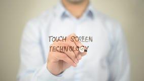 Tecnologia del touch screen, scrittura dell'uomo sullo schermo trasparente Immagini Stock Libere da Diritti