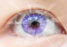Tecnologia dell'occhio delle donne del primo piano: lente a contatto Fotografia Stock