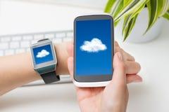 Tecnologia di computazione della nuvola con l'orologio astuto Fotografia Stock Libera da Diritti