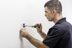 Tecnologia di HVAC che installa termostato Immagini Stock Libere da Diritti