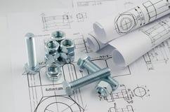 Tecnologia di ingegnere meccanico Dadi - e - bulloni sui disegni di carta Fotografia Stock Libera da Diritti