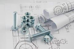 Tecnologia di ingegnere meccanico Dadi - e - bulloni sui disegni di carta Fotografia Stock