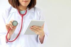 Tecnologia di sanità, medico femminile che per mezzo di una compressa digitale immagini stock