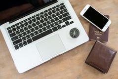 Tecnologia di viaggio del lavoro del computer portatile di vacanza di festa di viaggio immagini stock libere da diritti