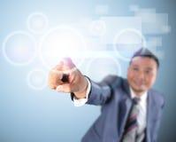 Tecnologia digital moderna tocante de homem de negócio Imagem de Stock