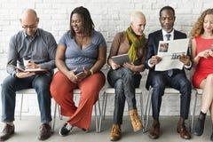 Tecnologia diversa Sittin da unidade da comunidade do grupo de pessoas foto de stock royalty free