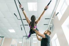 Tecnologia do Kinesis, quinesioterapia, estilo de vida saudável Jovem mulher que faz exercícios da reabilitação com utilização pe imagem de stock