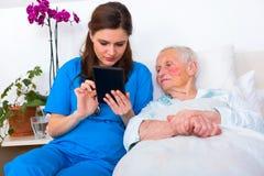 Tecnologia do lar de idosos foto de stock royalty free