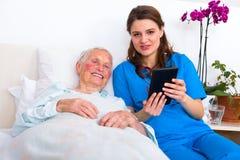 Tecnologia do lar de idosos fotos de stock royalty free