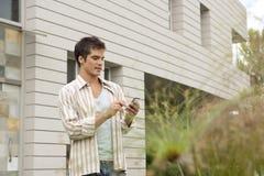 Tecnologia domestica usando Smartphone all'aperto. Fotografia Stock