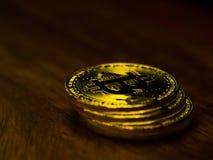 Tecnologia dourada do negócio de transferência de dinheiro da operação bancária do cryptocurrency do bitcoin na tabela de madeira Foto de Stock
