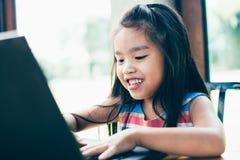 Tecnologia e istruzione iniziale Computer portatile di uso del bambino per divertimento ed imparare immagine stock libera da diritti