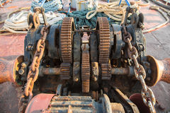 Tecnologia envelhecida: Cremalheira velha e oxidada em um navio velho - retro fotografia de stock royalty free