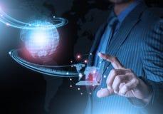 Tecnologia futuristica del collegamento della mano del mondo astuto della tenuta con il dito Fotografia Stock