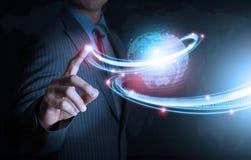 Tecnologia futuristica del collegamento di spinta astuta della mano fotografie stock libere da diritti