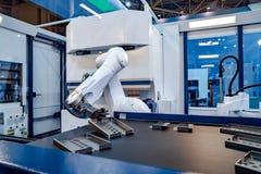 Tecnologia industriale moderna del braccio robot Cellula automatizzata di produzione fotografia stock
