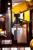 Tecnologia industriale moderna del braccio robot Produzione automatizzata c fotografie stock libere da diritti