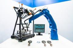 Tecnologia industriale moderna del braccio robot Produzione automatizzata c immagine stock libera da diritti