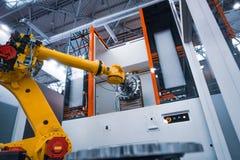 Tecnologia industriale moderna del braccio robot Produzione automatizzata c immagini stock
