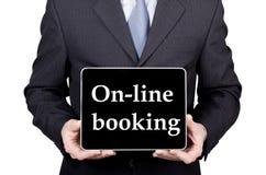 Tecnologia, Internet e trabalhos em rede no conceito do turismo - homem de negócios que guarda um PC da tabuleta com sinal em lin Fotografia de Stock Royalty Free