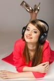 Tecnologia, música - menina adolescente de sorriso nos fones de ouvido Foto de Stock