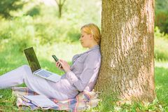 A tecnologia moderna d? mais oportunidades de realizar seu potencial Use a tecnologia digital da oportunidade Mulher com fotos de stock royalty free
