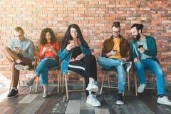Tecnologia moderna da mobilidade da mão de obra de Millennials foto de stock