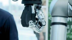 Tecnologia moderna hoje O braço humano robótico é um manipulador Membros protéticos modernos O futuro ? agora O polegar está move video estoque