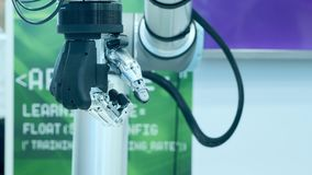 Tecnologia moderna hoje O braço humano robótico é um manipulador Membros protéticos modernos O futuro ? agora O polegar está move filme