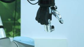 Tecnologia moderna hoje O braço humano robótico é um manipulador Membros protéticos modernos O futuro ? agora O polegar está move vídeos de arquivo