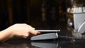 Tecnologia moderna nel metodo di pagamento Pagamento senza contatto con Smartphone Pagando con un dispositivo del telefono su una video d archivio