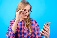 Tecnologia moderna usando o conceito Retrato de c bonito entusiasmado fotos de stock royalty free