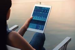 Tecnologia no conceito do mercado da finança e do negócio Os gráficos e as cartas mostram na tela de almofada de toque Vista mode fotografia de stock royalty free