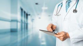Tecnologia no conceito dos cuidados médicos e da medicina Medique usando uma tabuleta digital na clínica moderna imagens de stock