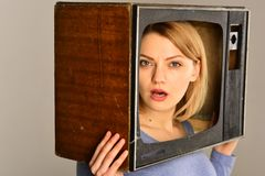 Tecnologia nuova nuova tecnologia nel mass media schermo moderno e nuova tecnologia della TV Esposizione di sorveglianza fotografia stock libera da diritti