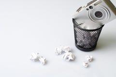 Tecnologia que recicl com a câmara digital no lixo Fotografia de Stock Royalty Free