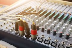 Tecnologia sana, cavo rosso, vari modi, comporre del suono fotografia stock