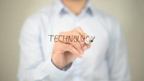 Tecnologia, scrittura dell'uomo sullo schermo trasparente Fotografie Stock Libere da Diritti