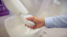 Tecnologias robóticos modernas Um homem comunica-se com um robô, pressiona um braço mecânico plástico ao robô, aperto de mão vídeos de arquivo