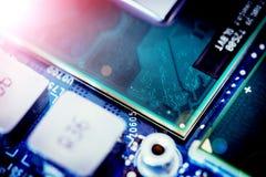 Tecnologie informatiche: Chiuda su di un chip di computer su un circuito Effetto della luce fotografia stock libera da diritti