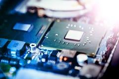 Tecnologie informatiche: Chiuda su di un chip di computer su un circuito Effetto della luce immagini stock